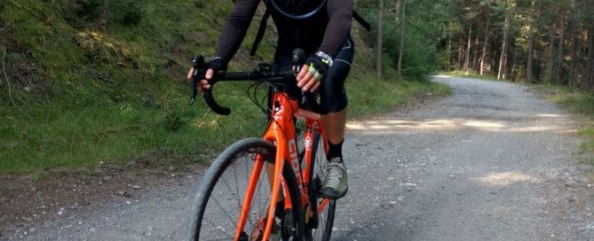 Silvano pedala con una Gravel